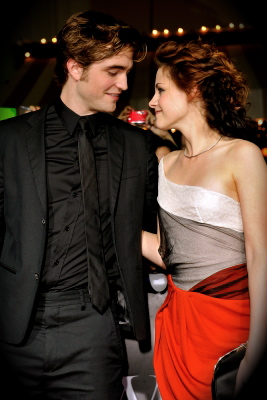 79397_robert-pattinson-and-kristen-stewart-arrive-at-the-film-premiere-of-summit-entertainments-twilight