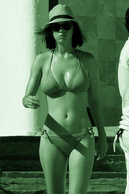 1240806644post_image-1229_katy_perry_bikini_00