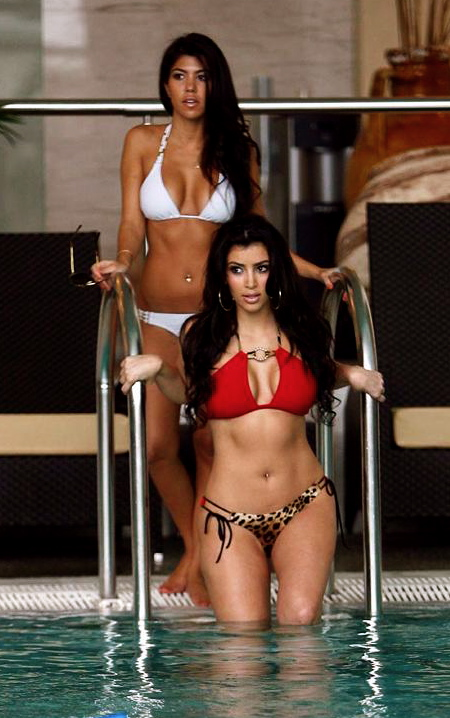 kim-and-kourtney-kardashian-bikini-2-1.0.0.0x0.646x912