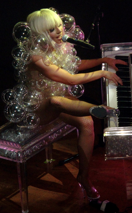lady-gagas-bubble-leotard-17549-1236961797-7