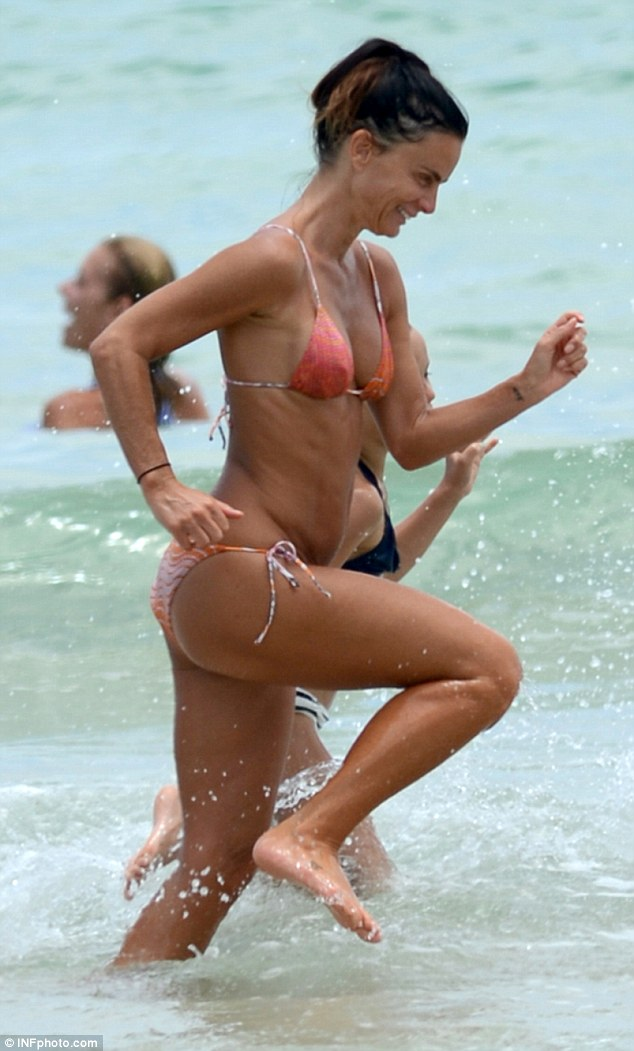 fotos en bikini de gabrielle anwar