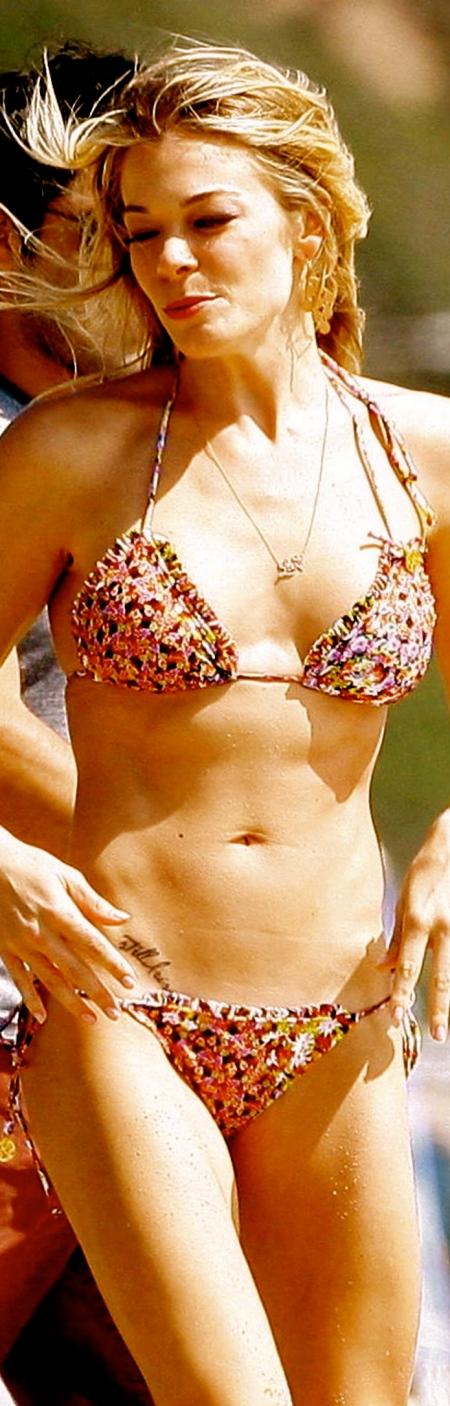leann-rimes-bikini-Malibu-beach-08-12-2011-03