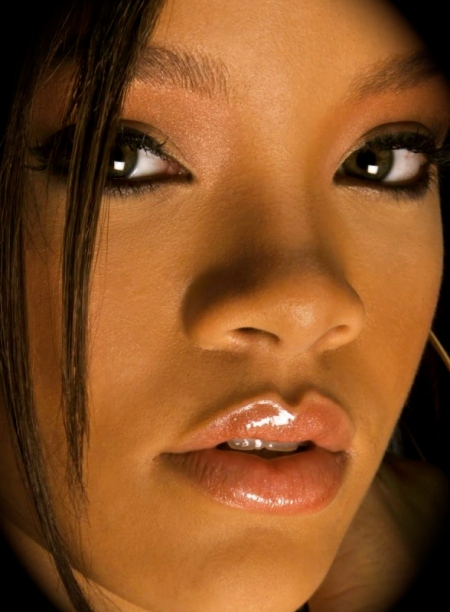 rihanna_close_up-1280x800