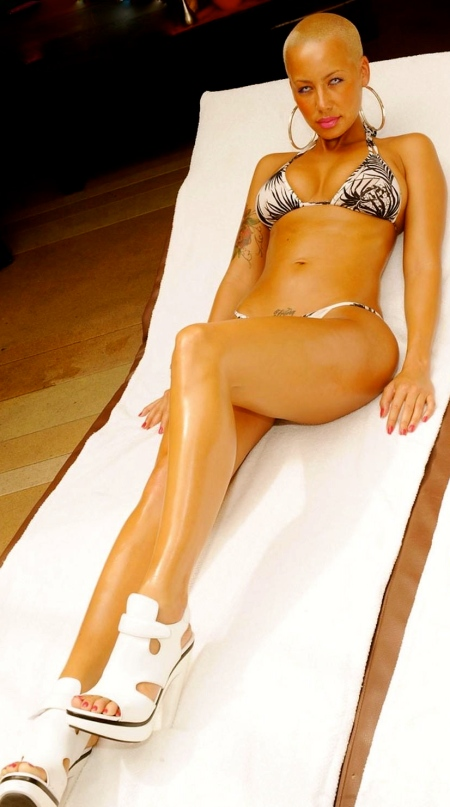 934_amber-rose-whte-black-bikini-unknown-photoshoot-ar-beach-393951729