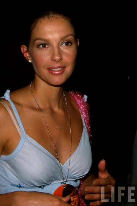 Ashley-Judd-at-the-Film-Premiere-of-Austin-Powers-The-Spy-Who-Shagged-Me-ashley-judd-14412195-865-1280
