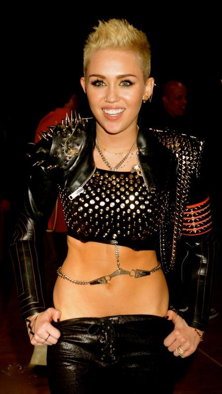 16-12-VH1-Divas-Backstage-miley-cyrus-33073671-1998-3000