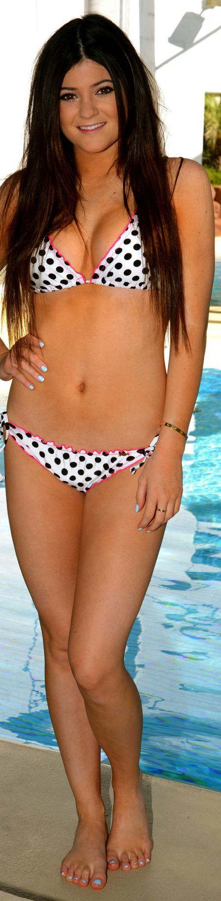 expostas_com_kylie_jenner_modeling_a_kardashian_khaos_bikini_at_mirage_hotel_pool-1-1