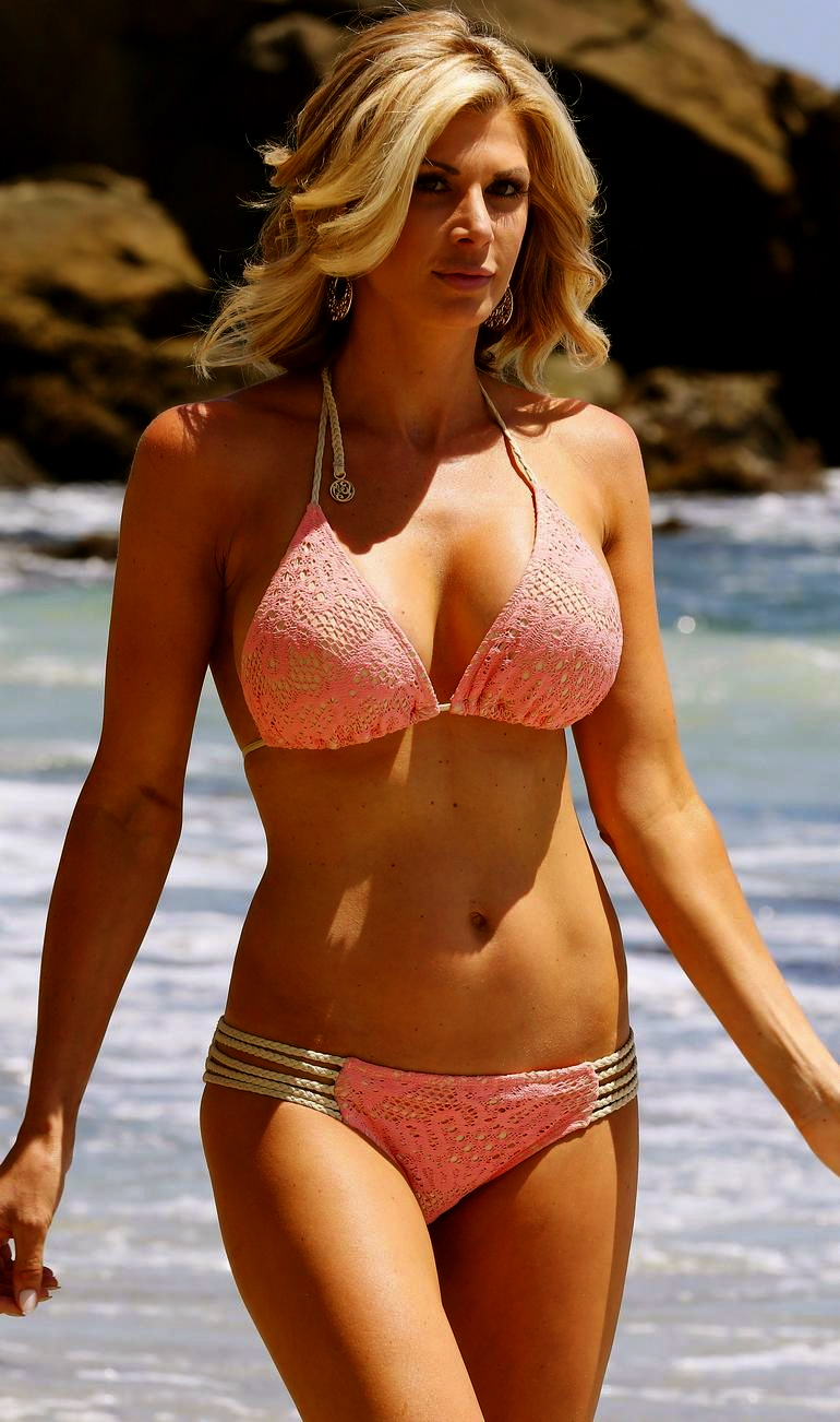 Former Real Housewife Alexis Bellino enjoys showing off ...