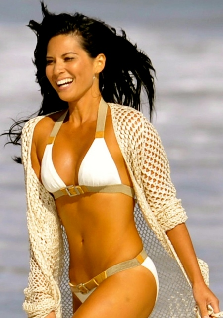 olivia-munn-walking-on-beach-beach-1514290868