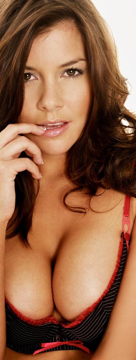 imogen-thomas-breasts-3641017