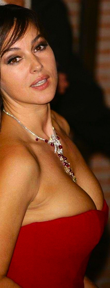 monica-bellucci-cleavage-napolean-shoot-em-up-25660350