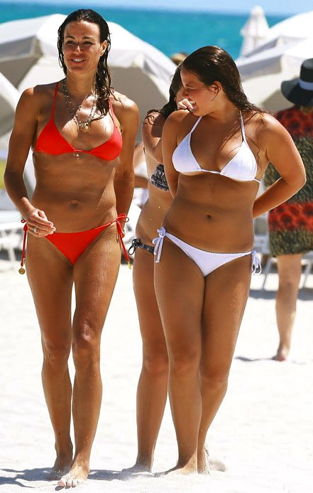 kelly-bensimon-bikini-daughter-sea-miami-008