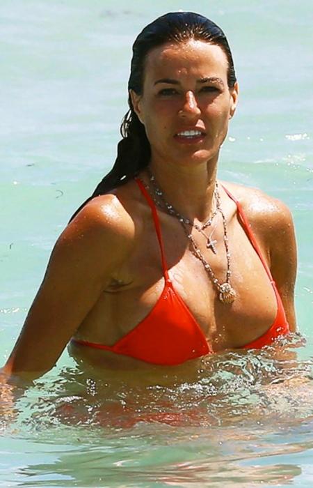 kelly-bensimon-shows-off-bikini-body-on-the-beach-05