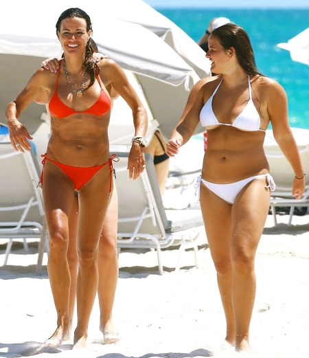 kelly-bensimon-shows-off-bikini-body-on-the-beach-12