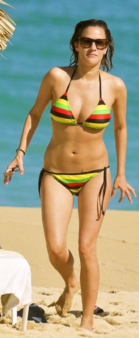 caroline-flack-bikini-pics-on-the-beach-in-jamaica-january-2015_2