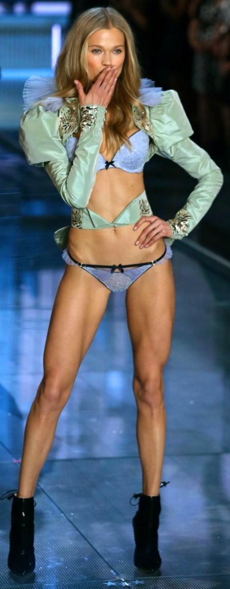 vita-sidorkina-at-victoria-s-secret-2015-fashion-show-in-new-york-11-10-2015_2